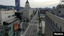بولوار «هالیوود» در لسآنجلس که به طور معمول همواره شاهد ازدحام جمعیت است در روزهای اخیر به دلیل مقررات قرنطنینه خالی است